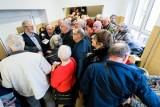 W Bydgoszczy tłumy seniorów w kolejce po wczasy. Skusiły ich atrakcyjne ceny turnusów [zdjęcia ]