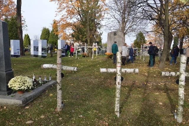 Cmentarz wojenny nie jest oddzielony od cmentarza parafialnego i są tu ustawione nieregularnie brzozowe krzyże