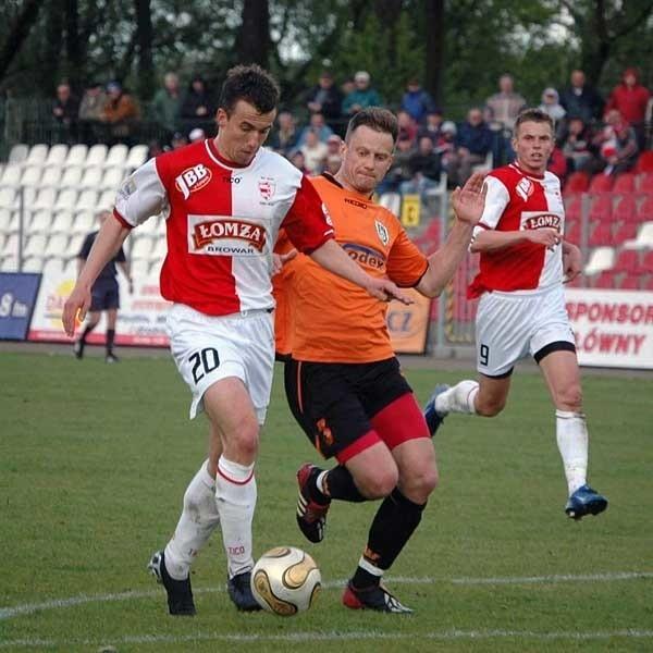 Marek Kusiak (w środku) w pojedynku ze zdobywca pierwszej bramki Michał Rozkwitalski.
