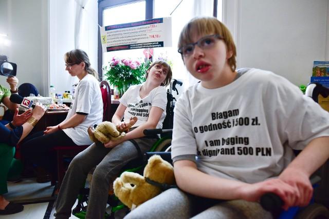Protestujące w ubiegłym roku w Sejmie osoby niepełnosprawne prosiły o 500 zł dodatku