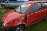 Wypadek na ul. Przybyszewskiego. Fiat seicento dachował na torowisku tramwajowym