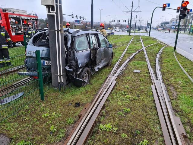 Wypadek na ul. Kuklińskiego w Krakowie. Samochód wylądował na torowisku