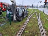 Kraków. Wypadek na ul. Kuklińskiego. Samochód wylądował na torowisku [ZDJĘCIA]