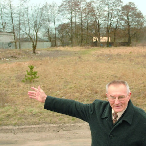 Roman Gruszczyński, przewodniczący Rady Osiedla Glinki, pokazuje miejsce, w którym miałby powstać park