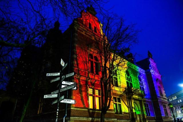 Nowy Ratusz w Gdańsku– siedziba Rady Miasta - 16.11.2020 w Międzynarodowy Dzień Tolerancji został podświetlony na tęczowo
