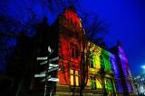Międzynarodowy Dzień Tolerancji w Gdańsku. Siedziba Rady Miasta podświetlona na tęczowo. Radni PiS: Apelujemy o godny język