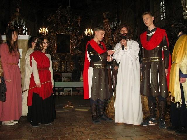"""Misterium """"A swoi Go nie przyjęli..."""" w kościele św. Mikołaja w Gąsawie."""