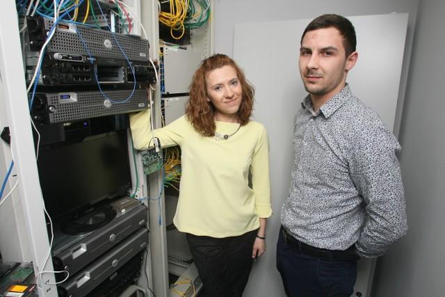 """Kielce w sieci światłowodów. Dzięki nim można skorzystać z mega szybkiego łącza internetowego - Nasza serwerownia to niewielkie rozmiarami pomieszczenie, ale tu mieści się całe """"centrum dowodzenia"""" naszą siecią światłowodów - mówią Katarzyna Ziółkowska prezes spółki i Krystian Kurowski, koordynator do spraw sprzedaży w kieleckiej firmie Nettelekom."""