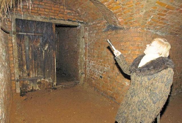 Wejścia do schronu są m.in. za pomnikiem górnictwa i II LO