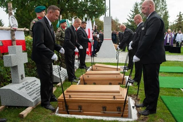 Żołnierze niezłomni spoczęli na cmentarzu komunalnym przy ul. Kcyńskiej 51 w Bydgoszczy, na nowo wybudowanej Kwaterze Żołnierzy Wyklętych, na której odbyła się ceremonia pogrzebowa.