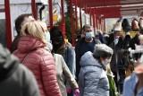 Koronawirus Łódź. Tłumy na widzewskim rynku. Czy to bezpieczne? Zobacz zdjęcia
