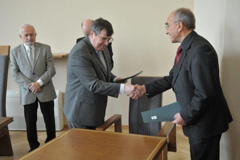 Rektor UZ Prof. Czesław Osękowski i prezes Lubuskiej Izby Budownictwa Jan Krawiec podpisali umowę o zacieśnieniu wspólpracy między oboma instytucjami.