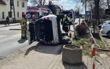 Nieudane parkowanie pod Wrocławiem. Wywrócił mercedesa na bok [ZDJĘCIA]