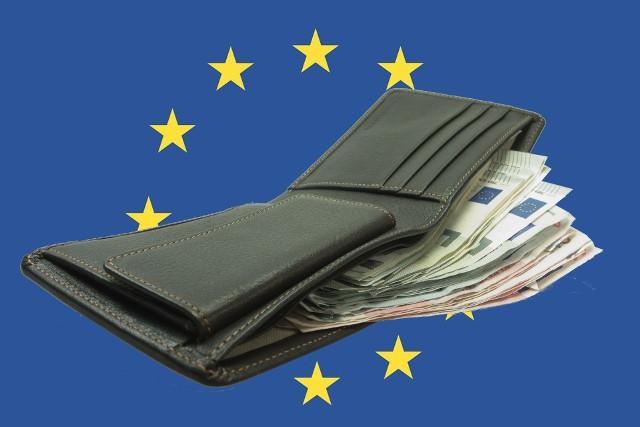Zobacz, jaka jest płaca minimalna w krajach Unii. Gdzie pracuje się za dużo mniejsze, a gdzie za duuużo większe pieniądze? Informacje na czterech kolejnych grafikach. Kliknij w strzałkę obok grafiki lub przesuń ją gestem >>>