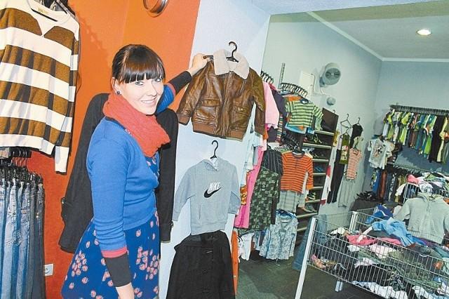 - Dla jednych lumpeks to jedyne miejsce, gdzie mogą kupić odzież oryginalnych marek - mówi Monika Gawlik. - Inni szukają tutaj nietypowych ubrań. (fot. Radosław Dimitrow)