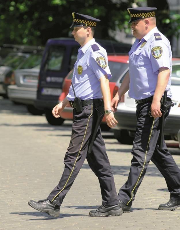 Dbają o porządek w naszym mieście. Strażnik Dariusz Płóciennik i aplikant Arkadiusz Maliński podczas rutynowego obchodu.