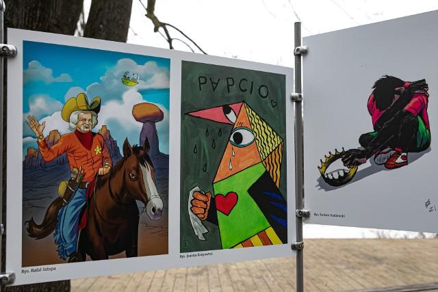 Wystawę można oglądać w parku kieszonkowym na skwerze im. Papcia Chmiela