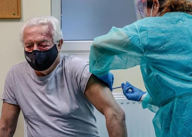 15 stycznia ruszają zapisy na szczepienia przeciwko koronawirusowi dla wszystkich Polaków. Od północy w piątek na szczepienie będzie mogła zapisać się każda osoba, która ukończyła 18 lat. Seniorzy w wieku powyżej 70 lat już przy zapisach poznają termin szczepienia. Młodsze osoby trafią na listę oczekujących i dostaną informację o terminie swojego szczepienia gdy tylko rozpoczną się szczepienia ich grupy. Jak zapisać się na szczepienie? Zobacz na kolejnych slajdach instrukcję dla poszczególnych grup wiekowych - posługuj się klawiszami strzałek, myszką lub gestami.