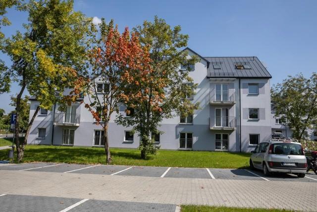 Ledwie w październiku ubiegłego roku Zarząd Inwestycji Miejskich w Krakowie zakończył realizację wartej ponad 30 mln zł inwestycji mieszkaniowej przy ul. Smorawińskiego (dawniej Wańkowicza), a już wymaga ona poprawek