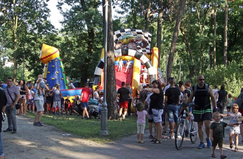 Festyn przy fontannie w parku miejskim  w Grudziądzu