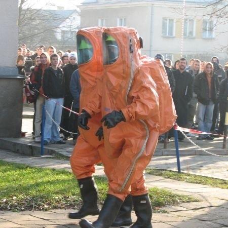 Na miejsce przyjechało 10 strażaków, w tym samochód ratownictwa chemicznego