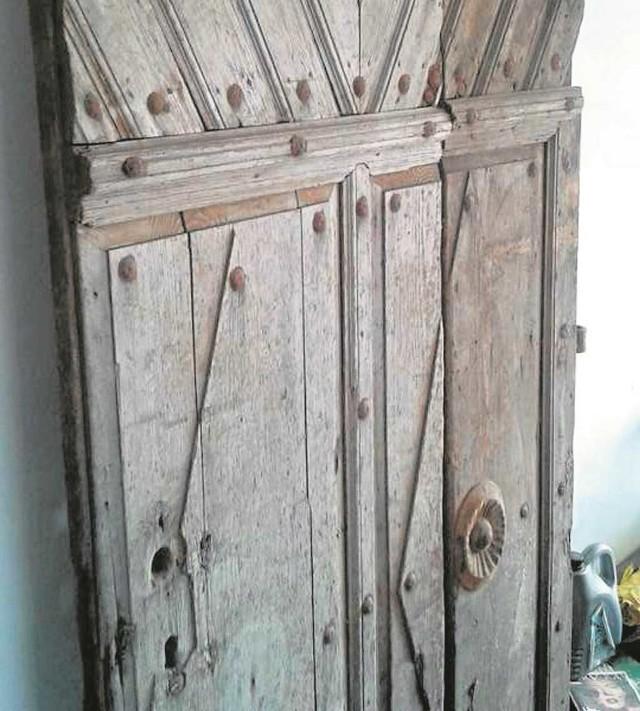 Zabytkowe drzwi czekają na nowego właściciela