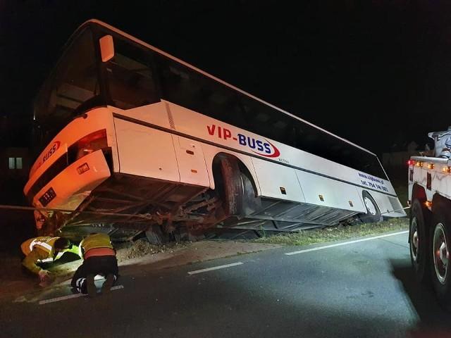 Cztery osoby zostały poszkodowane w wyniku wypadku, do którego doszło w miejscowości Maszkowice pod Ozorkowem. W poniedziałek autobus po zderzeniu z samochodem osobowym zatrzymał się w rowie. Autobusem podróżowało 21 osób - wszyscy jechali na popołudniową zmianę do pracy, do jednego ze strykowskich zakładów. CZYTAJ WIĘCEJ, ZOBACZ ZDJĘCIA