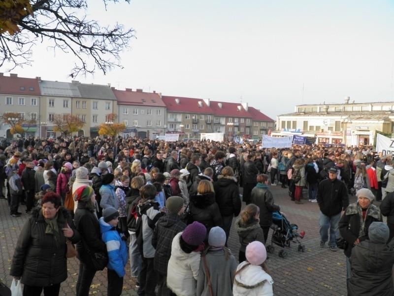To był apel o poprawę bezpieczeństwa  w mieście. Tysiące młodych ludzi z transparentami w rękach, milcząc demonstrowało przeciw agresji na ulicach. Na czele marszu szła rodzina brutalnie zamordowanego śp. Krzysztofa Choińskiego.