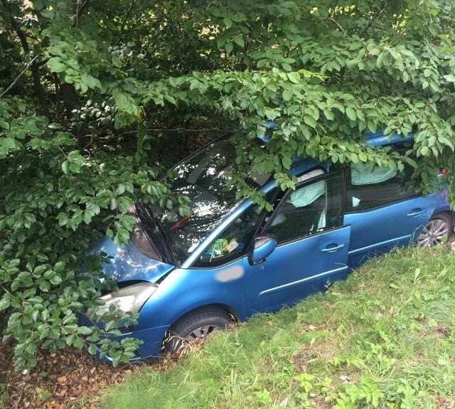 - W poniedziałek o godz: 13:41 zostaliśmy wezwani na DW 163 Połczyn-Zdrój - Czaplinek, gdzie doszło do wypadku drogowego - podaje na swoim profilu facebookowym OSP Połczyn-Zdrój. - Samochód osobowy na łuku drogi wypadł z jezdni i zjechał do przydrożnego rowu. Pojazdem podróżowało łącznie cztery osoby, w tym dwoje dzieci - na szczęście nikomu nic się nie stało. Do działań skierowano OSP Połczyn-Zdrój, PSP Świdwin oraz Policję.Zobacz także: Kolizja na ul. Koszalińskiej. To kolejna stłuczka w tym miejscu
