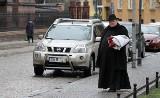 Wrocław: Ostrów Tumski zamienił się w wielki parking (ZDJĘCIA)