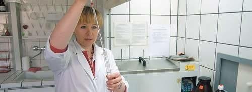 Pracownicy szczecineckiego sanepidu (tu Barbara Wielicka) dopiero od dwóch lat badają zawartość szkodliwych substancji w powietrzu.