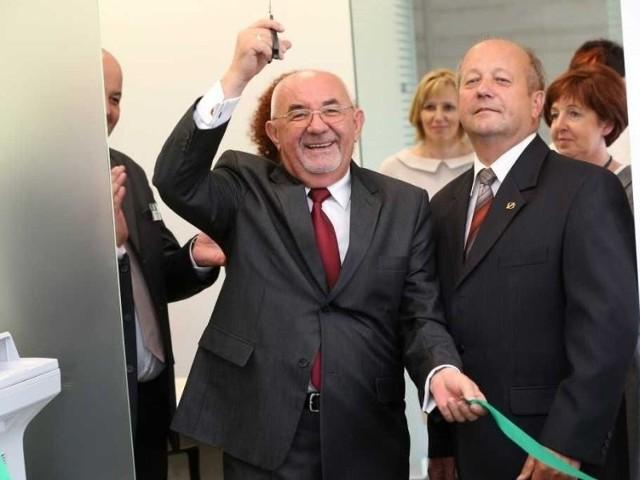 Bank z Podkarpacia otworzył oddział w Krakowie i chce w WarszawiePrezes SanBanku Stanisław Kłapeć triumfalnie otwiera placówkę w Krakowie.