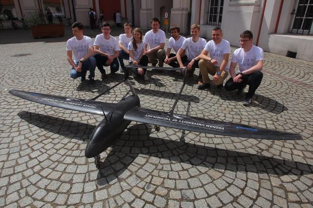 W środę dron, który poleci do USA, został zaprezentowany na dziedzińcu Urzędu Miasta przy pl. Kolegiackim