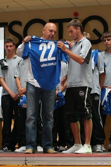 Mariusz Niewiadomski wręczył koszulkę między innymi wychowankowi GKP Maciejowi Sędziakowi