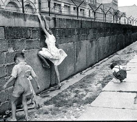 Mur berliński: 156 km murów, umocnień, zasieków, o wysokości ok. 3,5 metra, 186 wież strażniczych