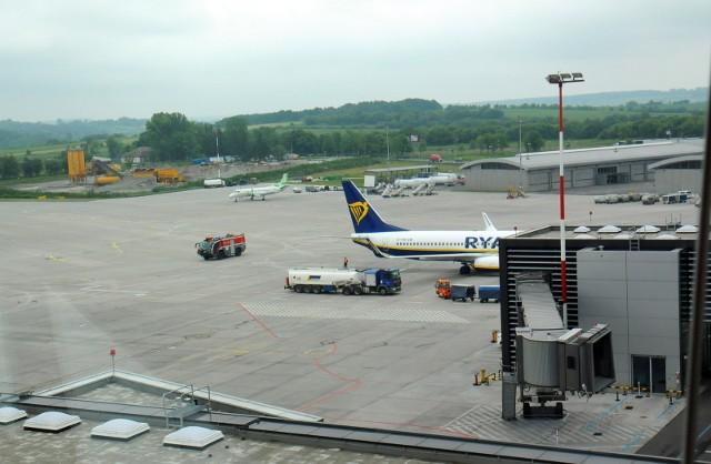 Jak się dowiadujemy, wszyscy pasażerowie lotów z Wielkiej Brytanii, po opuszczeniu pokładów samolotów, będą mogli – ale nie musieli – udać się do najbliższych punktów sanepidu, by przeprowadzić testy. W jaki sposób? Samochodem, taksówką, autobusem, pociągiem… Czy to nie stworzy ryzyka rozniesienia nowej odmiany wirusa?  Na razie nie ma na to pytanie odpowiedzi.