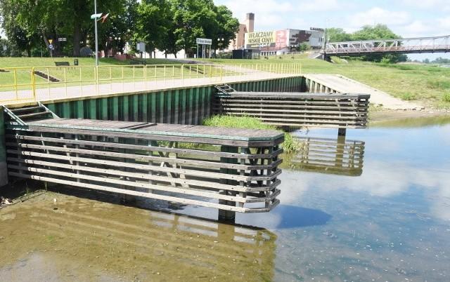 Poziom wody w Odrze jest bardzo niski, co widać w porcie w Krośnie Odrzańskim.