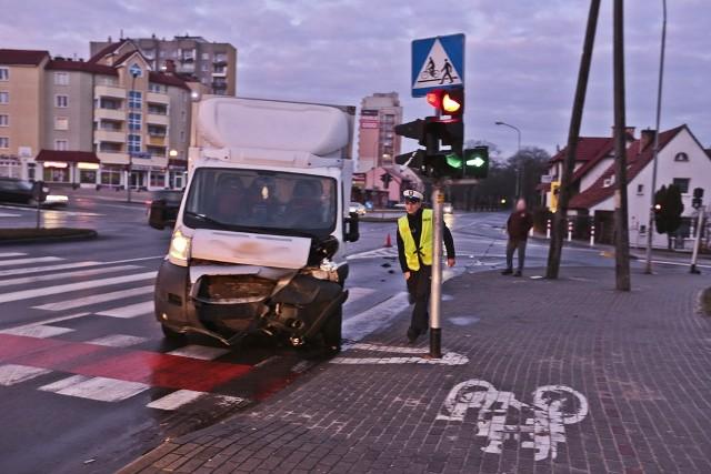 W sobotni poranek na skrzyżowaniu ulic Wojska Polskiego, Zacisze i Wyszyńskiego bus staranował suzuki.