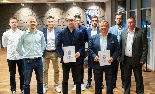 Przedstawiciele Lecha Poznań i Polonii Środa podczas spotkania, które zakończyło się podpisaniem umowy patronackiej między klubami