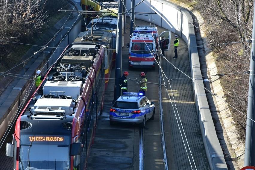 Wypadek na Bandurskiego. W piątek, 7 lutego, koło dworca Łódź Kaliska, doszło do zderzenia dwóch tramwajów.Wypadek koło dworca Łódź Kaliska. W piątek, przed godz. 12, na al. Bandurskiego - przy ul. Maratońskiej - doszło do zderzenia tramwajów linii 10 i 12.Według pierwszych informacji, w zderzeniu poszkodowanych zostało sześć osób.Zobacz zdjęcia, czytaj na kolejnych slajdach