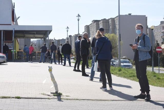 Trzecia fala pandemii koronawirusa szybko przyniosła nowe obostrzenia. Lockdown już teraz mocno ogranicza handel, a nieoficjalnie mówi się o wprowadzeniu limitów liczby klientów w sklepach. Oznaczałoby to powrót do dużych kolejek, co doskonale pamiętamy z początków pandemii w Polsce. Tymczasem Polska Organizacja Handlu i Dystrybucji postuluje o przynajmniej czasowe zniesienie zakazu handlu w niedziele. Poznajcie szczegóły!Czytaj dalej. Przesuwaj zdjęcia w prawo - naciśnij strzałkę lub przycisk NASTĘPNEPOLECAMY TAKŻE:Te sklepy w Toruniu są otwarte nawet w niedzieleSklepy otwarte w Wielkanoc 2021 i Lany Poniedziałek. Gdzie zrobimy zakupy?