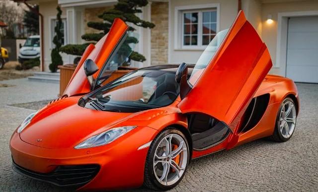 McLaren MP4-12CRok produkcji 2012Przebieg 7 600 kmPojemność skokowa 3 800 cm3Rodzaj paliwa BenzynaMoc 600 KMSkrzynia biegów AutomatycznaNapęd Na tylne kołaLiczba drzwi 3Liczba miejsc 2Zarejestrowany w Polsce TakPierwszy właściciel TakBezwypadkowy TakSerwisowany w ASO TakCena 676 500 zł.Link do ogłoszenia.