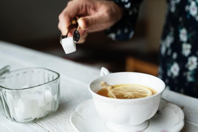 Cukier wkrótce poszybuje w górę? Słodkie niskie ceny w Polsce niebawem mogą się skończyć. Co jest przyczyną?