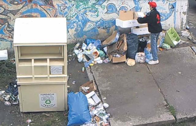 Straż Miejska w Koszalinie ma nagrania z podrzucającymi śmieci.