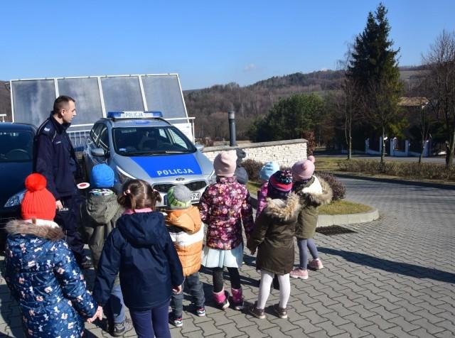 Uczestnicy spotkań z policjantami mieli okazję zobaczyć zaprezentowany przez policjantów radiowóz