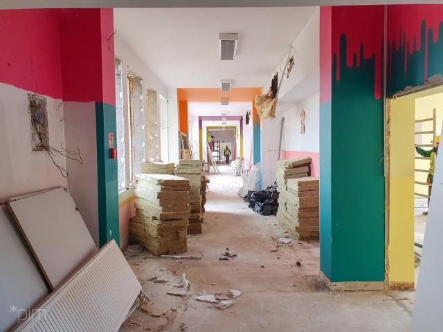 Na początku listopada rozpoczęły się prace związane z rozbudową siedziby szkoły podstawowej numer 62 na Podolanach. Dzięki temu powierzchnia użytkowa szkoły zwiększy się o niemal 2,4 tys. metrów kwadratowych.