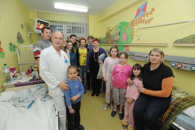 Doktor Jerzy Jakubiszyn zawsze chętnie widzi u siebie na oddziale wolontariuszy. Oni wspierają pacjentów, pomagają zapomnieć o cierpieniu i chorobie.