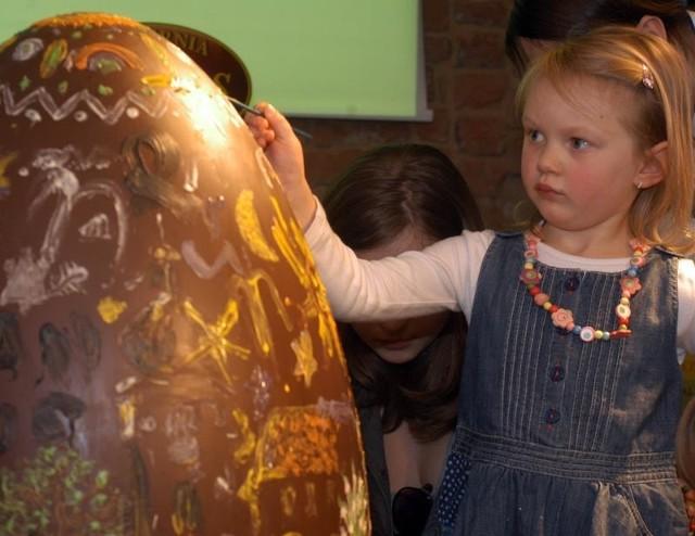 Malowanie czekoladowych jajekMalowanie czekoladowych jajek