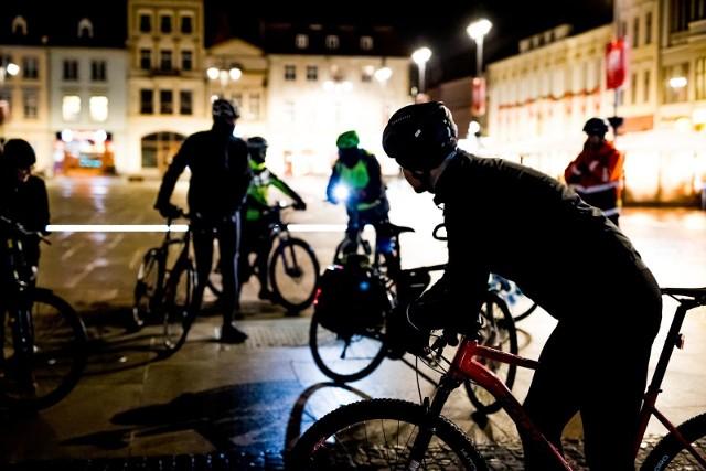 Na Starym Rynku Bydgoska Masa Krytyczna świętowała swoje 16. urodziny. Rowerzyści w każdy piątek spotykają się, by wspólnie przejechać ulicami miasta. Celem zapoczątkowania inicjatywy były, między innymi, walka o lepszą infrastrukturę rowerową, chęć promowania roweru jako środka transportu oraz zamanifestowanie obecność rowerzystów w ruchu drogowym. Dzisiejsze spotkanie  było okazją do podsumowania celów, które udało się zrealizować od 2004 r. Dla uczestników przygotowano także tort urodzinowy.