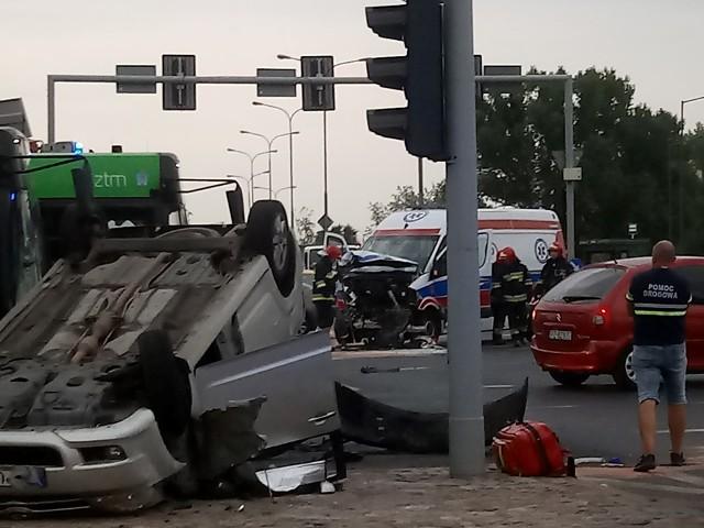 W piątek, 14 sierpnia, przed godz. 18.30 doszło do zderzenia samochodu osobowego i karetki na skrzyżowaniu Al. Solidarności i Księcia Mieszka I. Trzy osoby zostały ranne. Na miejscu zdarzenia trwa akcja służb.Przejdź do następnego zdjęcia ------>
